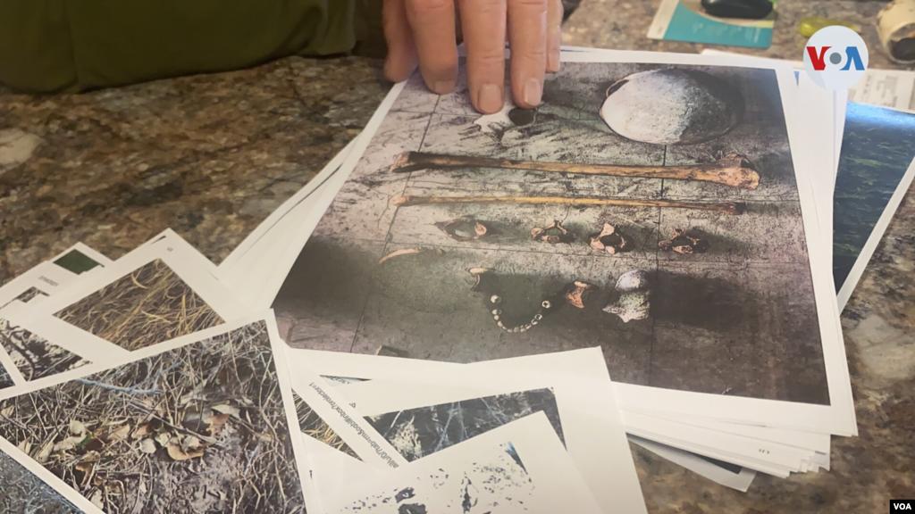 Vickers muestra fotografías de los restos de hombres y mujeres inmigrantes que perdieron la vida mientras trataban evadir a las autoridades en la zona de Falfurrias.