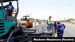 Des ouvriers effectuent des travaux sur une route près de la capitale zambienne, Lusaka, le 15 novembre 2013.