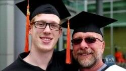 Батько і син зі штату Орегон разом отримують дипломи про закінчення університету. Відео