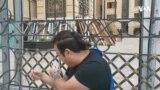 Aktivist Baş Prokurorluğun önündə özünü dəmir barmaqlıqlara zəncirləyib
