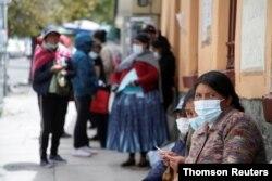 Bolivia ha sido unos de los países de la región más impactados por el coronavirus. Pacientes esperan asistencia médica durante una protesta de trabajadores de la salud contra medidas del gobierno, en La Paz, Bolivia, el 23 de febrero de 2021.