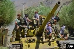 Pasukan anti-Taliban siaga dengan sebuah tank dari era Soviet di Bazarak, provinsi Panjshir.