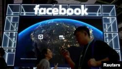 Foto de archivo de un rótulo de Facebook desplegado en una feria de exposiciones en China.