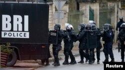 法國警方在巴黎北部挨家挨戶搜捕與星期三巴黎屠殺案有關的嫌疑人。