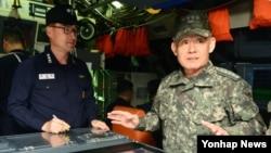 최윤희 한국 합참의장이 12일 경남 진해 잠수함사령부를 방문해 대비태세를 보고 받고 있다.