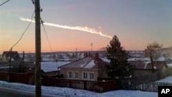 Метеоритный след над деревней Большое Сидельниково, в 50 киломеирах от Челябинска.