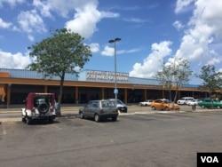 Outside Jose Martí International Airport of Havana, Cuba, Aug.13, 2015. (Celia Mendoza/VOA)