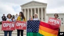 En esta foto del 4 de junio de 2018, los activistas de la American Civil Liberties Union se manifiestan ante el Tribunal Supremo en Washington.