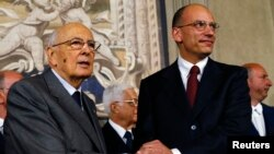 Perdana Menteri Italia yang baru dilantik Enrico Letta (kanan) bersama Presiden Giorgio Napolitano di Istana Quirinale di Roma, Sabtu (27/4). (Reuters/Alessandro Bianchi)