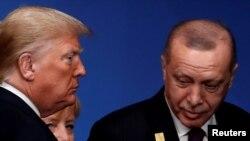 Presiden AS Donald Trump, Presiden Turki Tayyip Erdogan dan Kanselir Jerman Angela Merkel menghadiri kesempatan berfoto di KTT para pemimpin NATO di Watford, Inggris 4 Desember 2019. (Foto: Reuters/Christian Hartmann)