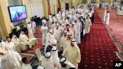 Warga Kuwait antri di Masjid Raya untuk memberi penghormatan dan menyampaikan ucapan belasungkawa pada keluarga para korban serangan kelompok IS di Masjid Syiah Imam Sadiq Mosque saat sholat Jum'at. Kuwait City, Kuwait (foto: AP Photo)