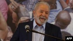 En esta foto del 10 de marzo de 2021, el expresidente de Brasil Luiz Inacio Lula da Silva habla con la prensa en el edificio del sindicato de trabajadores metalúrgicos en Sao Bernardo do Campo, Brasil.