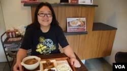 蔡敏儀在台北市開設港式老火湯餐廳兩年,最近才申請投資移民台灣,但無須放棄香港永久居民的身份。(美國之音湯惠芸)