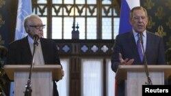 和平特使使卜拉希米(左)和俄罗斯外长拉夫罗夫12月29日在莫斯科举行的共同记者会上