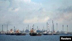 Kapal-kapal dagang berlabuh di Pulau Bukom, Singapura (foto: dok). Serangan perompak terus meningkat terhadap kapal-kapal dagang yang melewati selat Malaka.