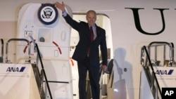 El vicepresidente Joe Biden saluda a su llegada a Tokio.