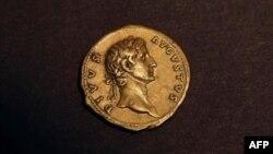 بر روی این سکه تصویر امپراتور آگوستوس بنیانگذار روم باستان هک شده است.