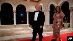 美国总统川普和第一夫人梅拉尼亚在他的佛罗里达湖海庄园参加新年除夕晚会。(2017年12月31日)