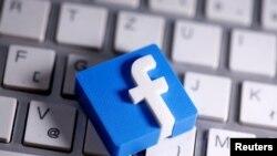 Logo Facebook di atas keyboard dalam foto ilustrasi, 25 Maret 2020. (Foto: Reuters)