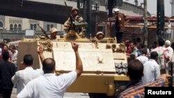 Những người ủng hộ chính phủ lâm thời vui mừng khi quân đội tiến gần ngôi đền al-Fatah tại Quảng trường Ramses ở Cairo, 17/8/2013