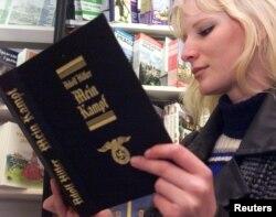一位捷克青年在书店阅读希特勒的《我的奋斗》