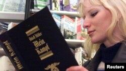 """Một phụ nữ Séc đọc cuốn sách """"Mein Kampf"""" ở hiệu sách trung tâm thủ đô Praha, Cộng hòa Séc."""