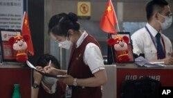 တရုတ္ႏိုင္ငံ Beijing ၿမိဳ႕ရွိ အျပည္ျပည္ဆိုင္ရာေလဆိပ္မွာ ေတြ႔ရတဲ့ ျမင္ကြင္း။ (ဇူလိုင္ ၁၇၊ ၂၀၂၀)