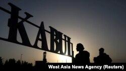 Talibanski vojnici stoje ispred znaka na međunarodnom aerodromu u Kabulu, Afganistan, 9. septembar 2021.