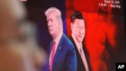 资料照片:电脑屏幕显示中国国家主席习近平与美国总统特朗普。(2019年8月26日)