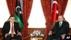 Presiden Turki Recep Tayyip Erdogan (kanan) dan Fayez al-Sarraj, Ketua Dewan Kepresidenan Libya berfoto setelah pertemuan, di Istanbul, 26 Februari 2018. (Foto: AP)