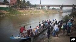 지난 3월 버마 미아와디에서 모에이 강을 건너 태국 마에소트 마을에 도착한 버마 출신 난민과 불법 노동자들. (자료사진)