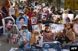 کوئٹہ میں جبری لاپتا افراد کے رشتے دار مظاہرہ کر رہے ہیں۔