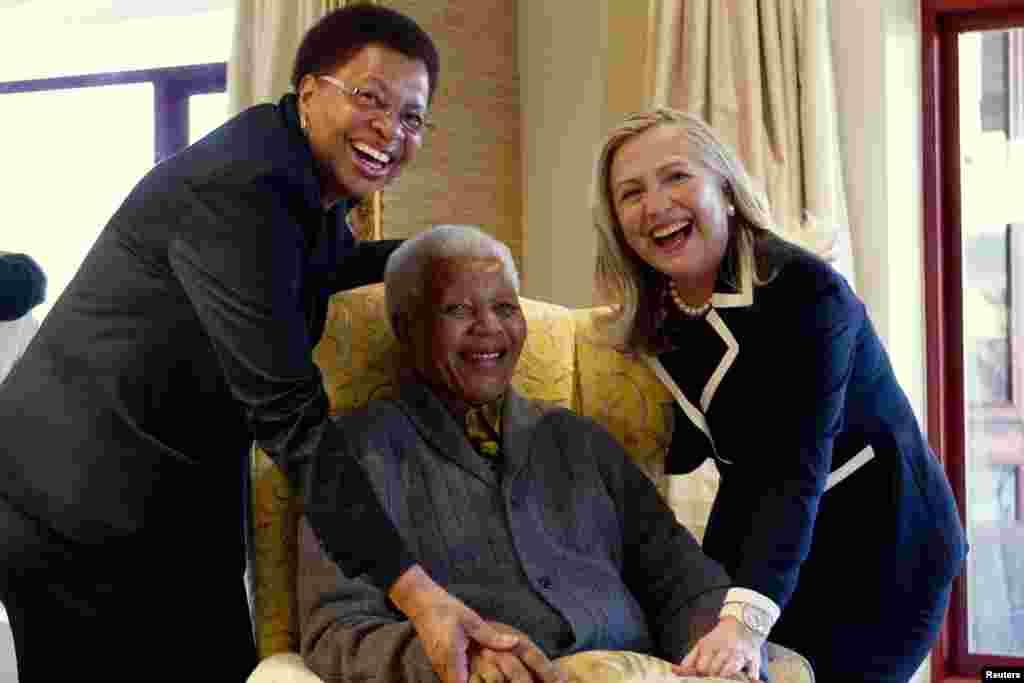 نیلسن منڈیلا جنوبی افریقہ کے پہلے سیاہ فام امریکی صدر تھے اور 1994 سے 1999 تک جنوبی افریقہ کے صدر رہے۔