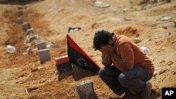 브레가 지역 장악 중 숨진 반군을 슬퍼하는 시민