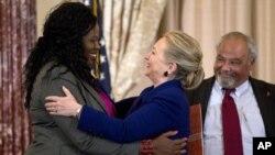 美国国务卿克林顿11月29日在美国国务院会见艾滋病活动人士