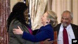 Ngoại trưởng Hillary Rodham Clinton chào đón bà Florence Ngobeni-Allen, đại sứ của tổ chức bệnh nhi bị nhiễm AIDS Elizabeth Glaser, tại bộ Ngoại giao Hoa Kỳ ở Washington, D.C., 29/11/2012. (AP)
