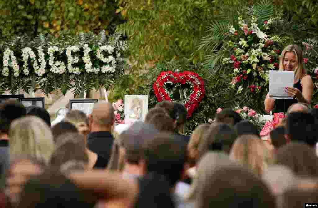 Un pariente habla durante el funeral de Rhonita Miller y sus hijos Howard, Kristal, Titus y Teana, quienes fueron asesinados por asaltantes desconocidos. El funeral se celbró en la comunidad La Mora, estado de Sonora, el jueves 7 de noviembre de 2019.