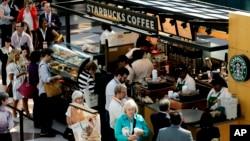 中國中央電視台批星巴克咖啡在中國定價高.