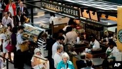 Starbucks asegura que seguirá sirviendo a todos sus clientes, pero quieren que quede claro que no apoyan a los que porten armas de fuego a sus locales.