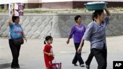 지난 2011년 9월 북한 라선에서 장마당으로 물건을 팔기 위해 가는 주민들. (자료사진)