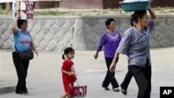 지난 2011년 북한 라선의 자유무역지대에서 북한 여성들이 매매 물품을 머리에 이고 걸어가고 있다.