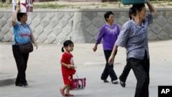 지난 2011년 북한 라선 장마당으로 향하는 주민들. (자료사진)