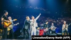 """美国摇滚乐队""""死亡金属之鹰""""星期二返回巴塔克兰音乐厅演出(2015年12月7日)"""