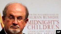 """İran İslam Respublikasının banisi Ayətulla Xomeyni Britaniya yazarı Salman Rüşdiyə müəllifi olduğu """"Şeytan Ayələri"""" kitabına görə ölüm fitvası verən ilk müasir dini və siyasi lider olub."""