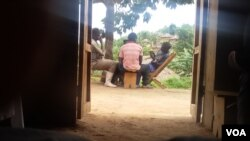 Des combattants FDLR jouent aux cartes dans le village Lusoa, Nord-Kivu, RDC, 28 mars 2015. (Nicholas Long for VOA News)