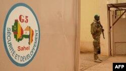 Un soldat de l'armée malienne monte la garde devant le poste de commandement de la Force régionale d'Afrique de l'Ouest G5-Sahel, à Sevare, 30 mai 2018.