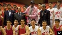 20일 평양을 방문한 전 미국 프로농구 선수 데니스 로드먼(가운데)이 북한 관리들, 농구선수들과 함께 기념사진을 촬영했다.