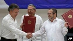 Los negociadores del gobierno de Juan Manuel Santos y las Farc sellaron un acuerdo sobre el cese al fuego bilateral y definitivo, además del desarme de los rebeldes.