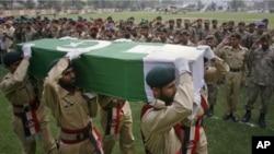29 مارچ، 2011، آرمی کے جوان فرنٹیر کور کے ایک فوجی کا جنازہ لے جاتے ہوئے۔ گزشتہ روز اپنی ہی گولہ باری سے فرنٹیر کور کے 13 فوجی ہلاک ہوگئے تھے۔