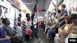 華夫生活娛樂的藝人在紐約地鐵車廂裡面表演